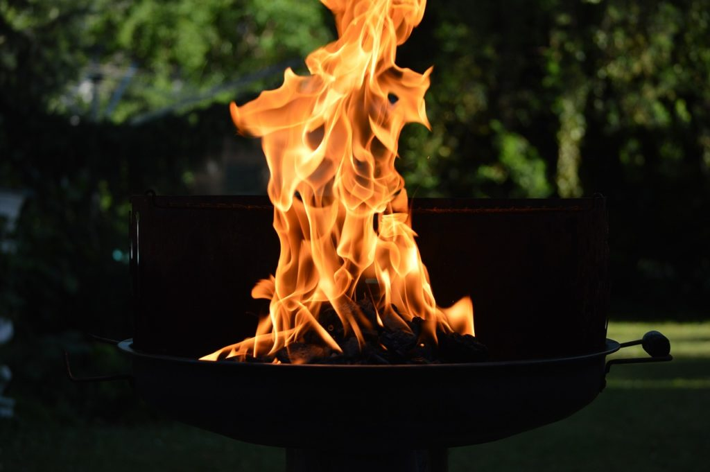 燃え上がる炭の炎