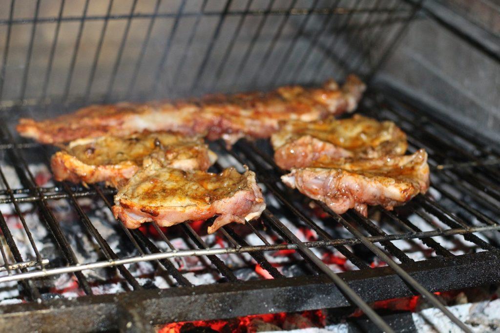 じっくり焼かれる肉